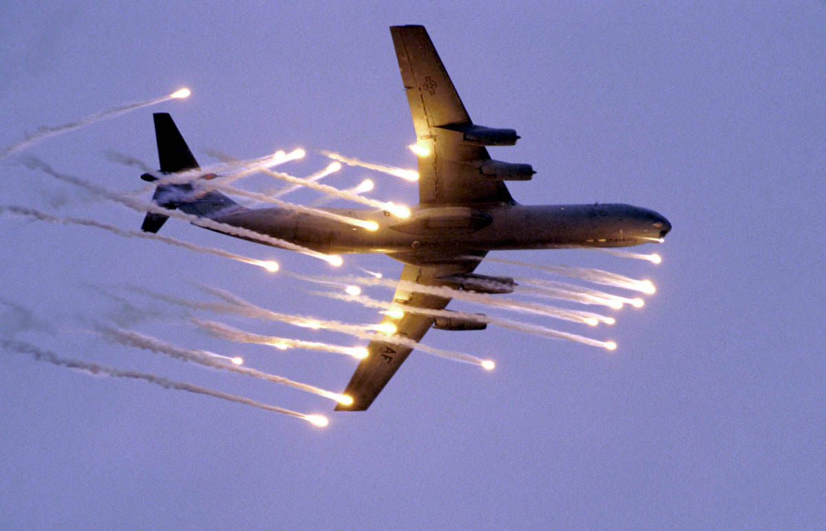 C-141 Starlifter - C-141 Starlifter shooting flares.